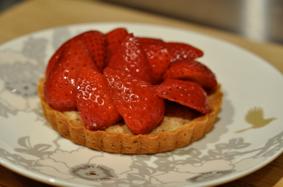 baked_almond_tart_with_almonf_filling_and_Strawberries_tart